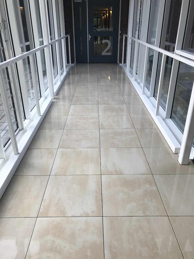gladde natuurstenen vloer behandelen